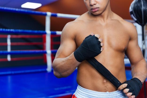 戦いの準備をしているボクサーのトリミングされた画像