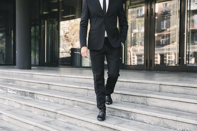 Обрезанное изображение бизнесмена, одетого в костюм