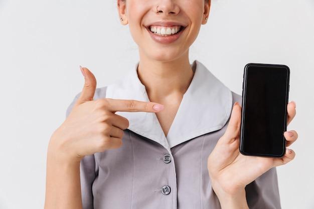 Обрезанное изображение веселой молодой горничной