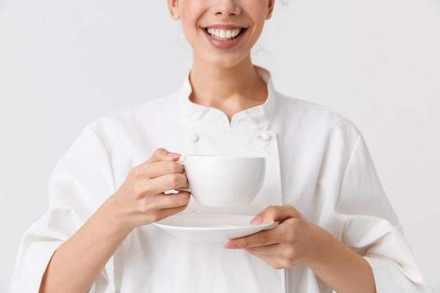 料理をしている陽気な若い女性のトリミングされた画像