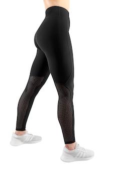 タイトな黒のスポーツウェア、孤立した白い背景の女性像のトリミングされた画像。垂直方向のビュー。