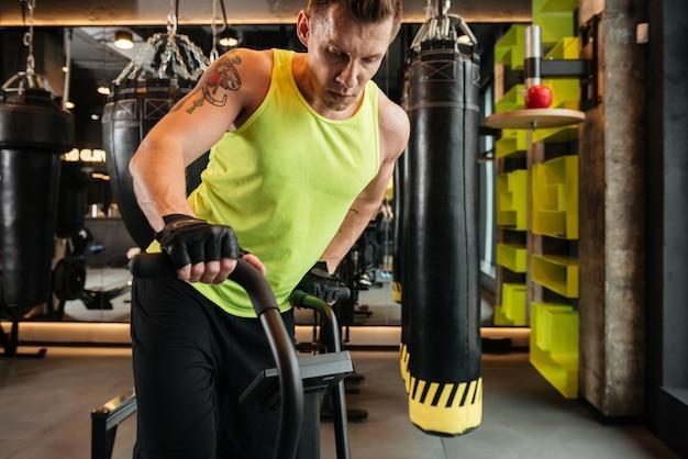 有酸素運動を行う筋肉の若いスポーツマンの画像をトリミング