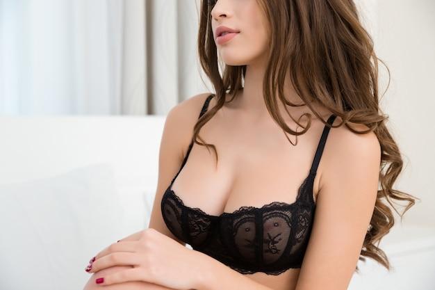 란제리에 섹시한 여자의 자른 이미지