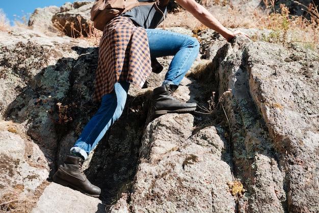 산을 등반하는 젊은 남성 등산객의 자른 이미지