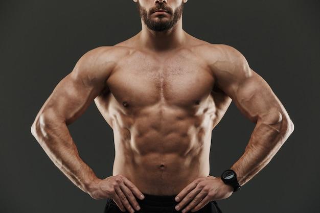 Обрезанное изображение молодого мускулистого культуриста