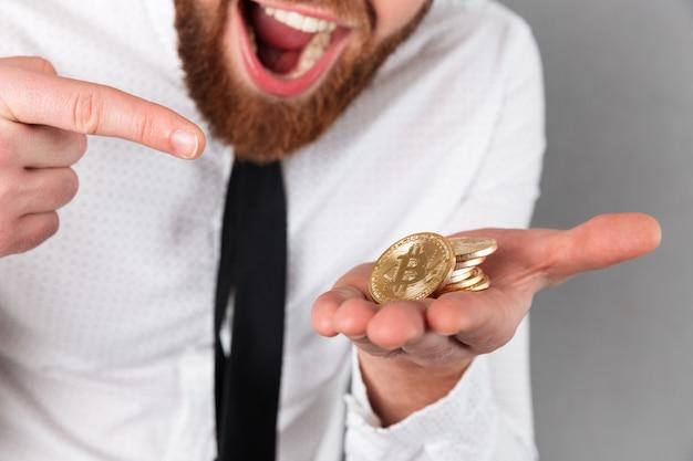 Обрезанное изображение возбужденного бизнесмена, указывая пальцем