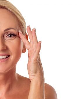 Подрезанное изображение красивой женщины постаретой серединой.