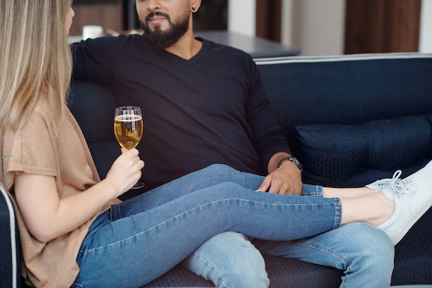 집에서 함께 시간을 보내고 와인을 마시고 뉴스와 문제에 대해 토론하는 남자친구와 여자친구의 자른 이미지