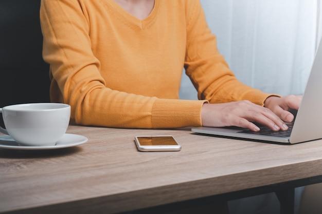 사무실에서 컴퓨터에서 작업하는 비즈니스 우먼의 자른 이미지
