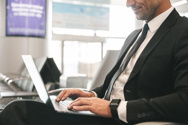 Обрезанное изображение бизнесмена