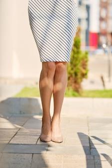 屋外のスリムな女性の脚のトリミング画像