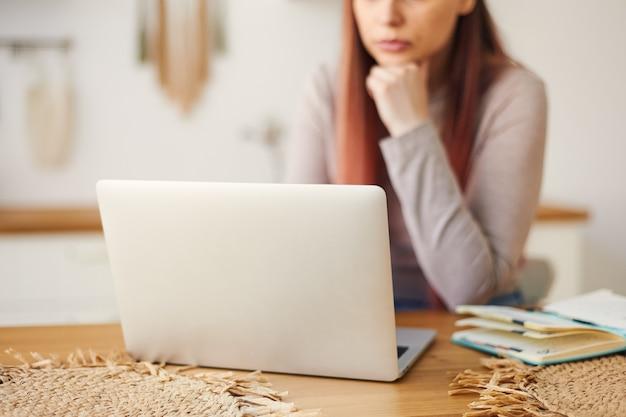 집, 원격 교육에서 노트북에서 원격으로 작업하는 여자의 자른 된 이미지. 프리랜서 작업. 온라인으로 학생들을 가르칩니다.