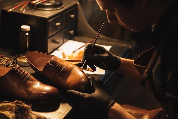 若い集中男靴屋の画像をトリミング