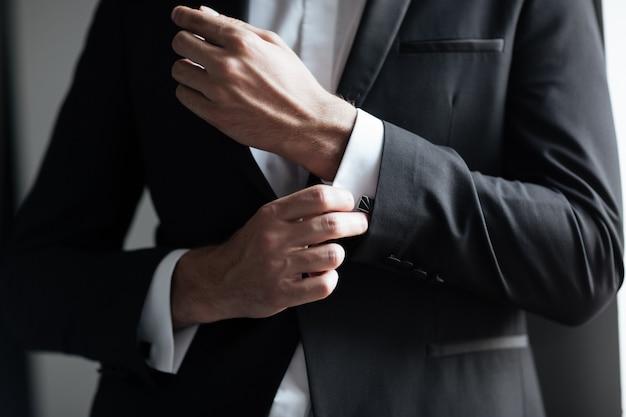Укороченная модель в костюме. бизнесмен