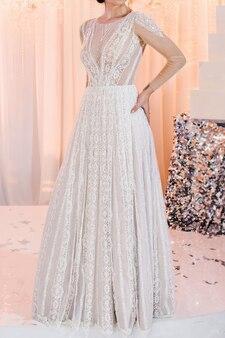 Обрезанное фото невеста в дорогом роскошном платье на церемонии в день свадьбы