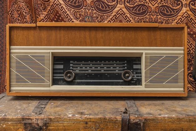 Обрезанное фото ретро, старая винтажная радио музыка на кофейном столике