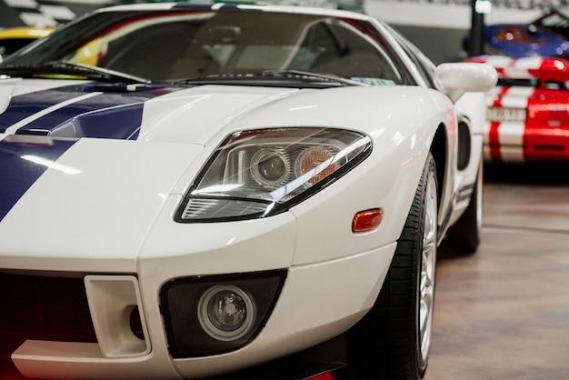 白いスポーツカーのトリミングされた写真