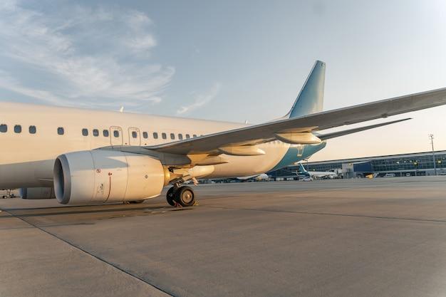 활주로에 흰색 비행기의 자른 사진