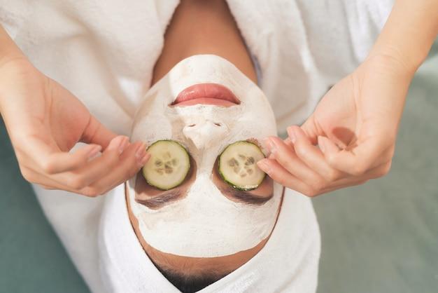 얼굴에 화장품 마스크에 여자의 자른 사진.