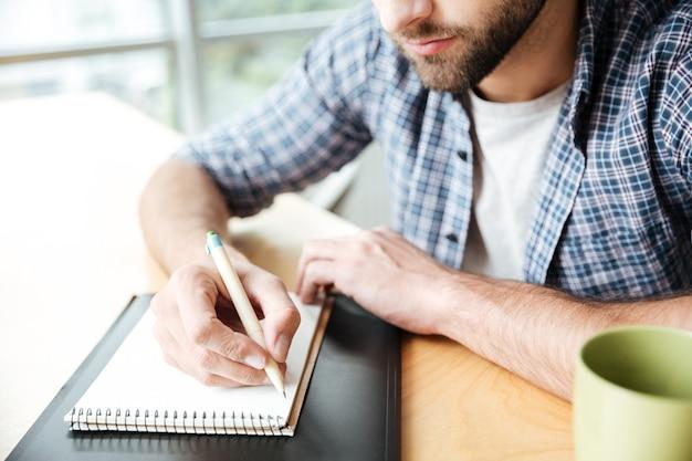 Обрезанное фото молодого человека в офисе коворкинг