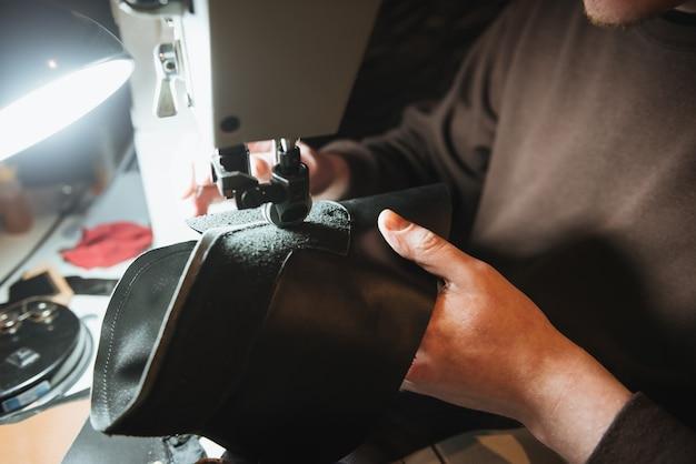 若い男の靴屋の写真をトリミング