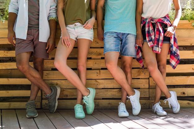 Immagine potata di giovani studenti multietnici degli amici