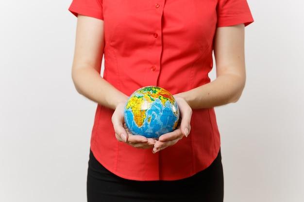 손바닥에 들고 빨간 셔츠에 비즈니스 여자의 자른된 세로 흰색 배경에 고립 지구 글로브 공입니다. 환경 오염 문제. 자연 쓰레기, 환경 보호 개념을 중지합니다.