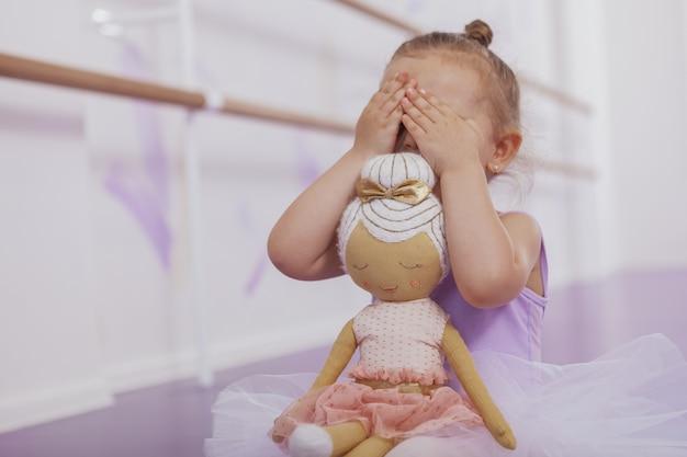 까마귀, 복사 공간 재생 작은 발레리나 소녀의 자른 샷