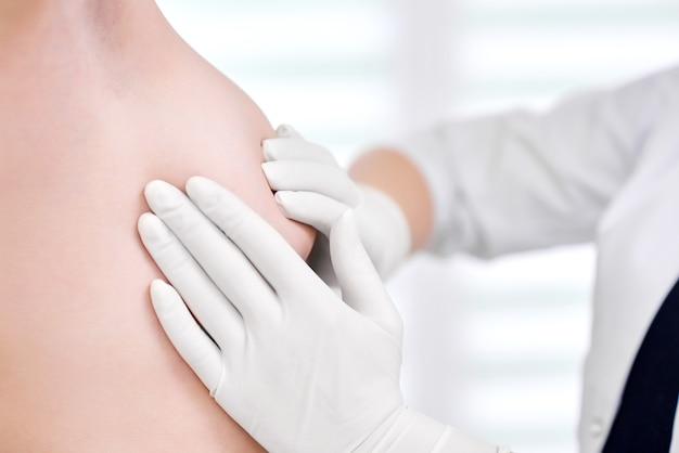 그녀의 여성 환자 유방 조영술 포유류 유방암 인식 건강 의학 임상 개념의 유방을 검사하는 전문 의사의 자른 샷.