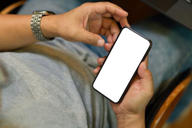 Обрезанный снимок пожилого человека с помощью смартфона или мобильного телефона. пустой экран для макета