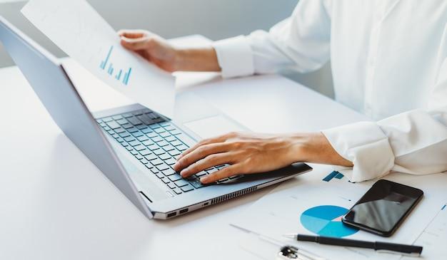 작업에 노트북을 사용 하여 아시아 사업가의 자른 샷