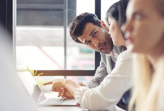 Обрезанный снимок бизнесменов, использующих диаграмму и компьютерный ноутбук, планшет обсуждают бизнес-план вместе в современном офисе.