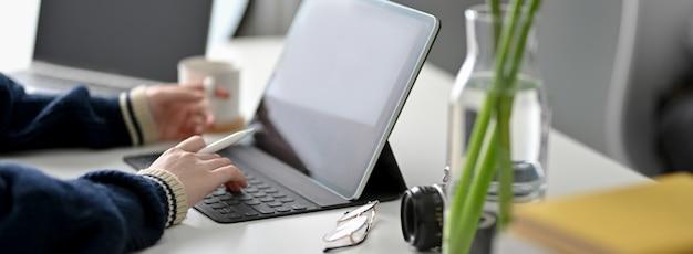 디지털 태블릿 집에서 여성 프리랜서 작업의 자른 샷