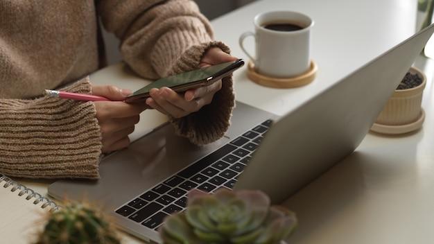 Обрезанный снимок женской руки с помощью смартфона