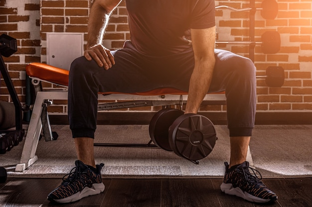 농도 하 고 피트 니스 남자의 자른 샷 체육관에서 아령으로 운동을 컬 운동.