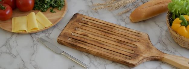 나무 트레이, 치즈, 야채, 프랑스 바게트와 대리석 식탁의 자른 샷