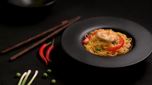 Schezwan noodlesまたはchow meinの野菜とチキンのクロップショット