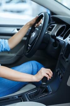 운전대에 여자의 손의 자른 샷
