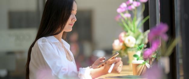 Обрезанный снимок студента университета, сосредоточившись на ее назначении на стойке