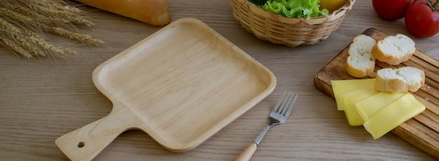 나무 트레이, 프랑스 바게트, 치즈와 야채와 나무 식탁의 자른 샷