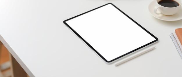 Обрезанный снимок рабочей области с пустым экраном планшета, копией пространства и чашкой кофе