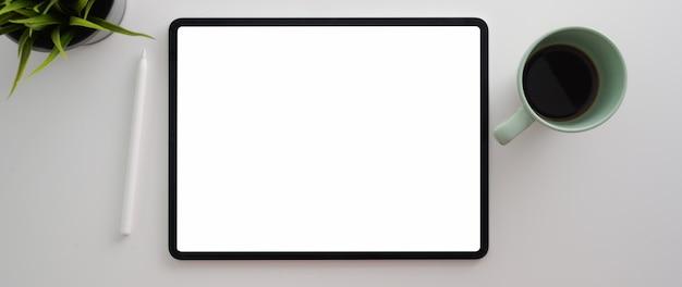Обрезанный снимок рабочей области с пустой экран планшета, украшения и чашка кофе