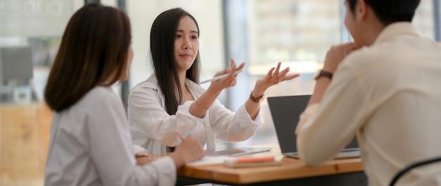 Обрезанный снимок брифинга группы молодых студентов для презентации