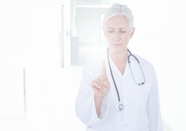 Обрезанный телефон сидит щит здравоохранения