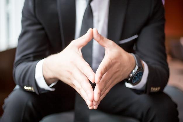 Ritagliata vista di boss tenendo le mani insieme
