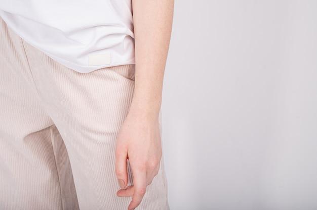 Обрезанный вид базовой женской одежды. женский минималистичный гардероб в бело-бежевых тонах. покупки без отходов.