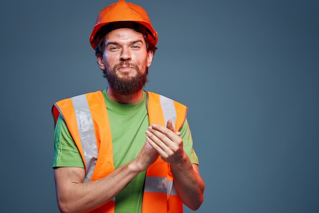 작업 유니폼 건설 엔지니어에 수염 난된 남자의 자른보기