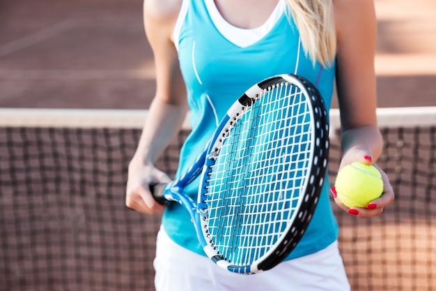 法廷でトリミングされた女性のテニス選手