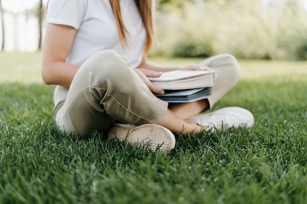 Обрезанный молодой студент женщина с книгами