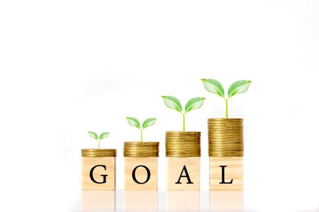 目標メッセージ、財務アイデア、信用の伸びを伴うコインパイルとウッドブロックのトリミング。